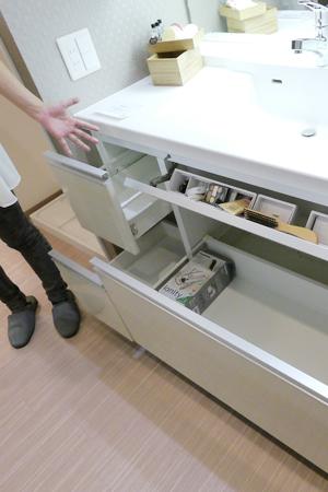 サイドステップカウンターがついた洗面ボウル一体型の洗面台。