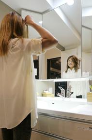 鏡の裏には化粧品などを収納できますね♪