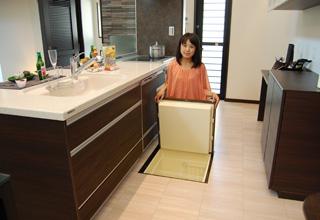 奥まで収納できるオールスライド式収納と根菜類などの保存に便利な床下収納。