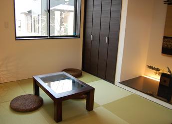 床の間もしつらえた本格的ながらモダンな和室。
