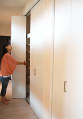 廊下には大容量の収納スペースを設置。