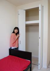 洋室にはクローゼットを設置。
