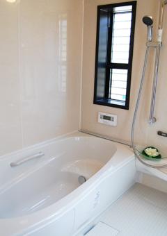 半身浴が出来るステップ付浴槽です。