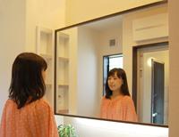 大きな鏡が印象的な洗面室。