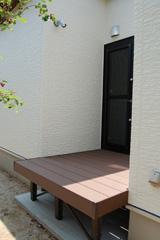 廊下、浴室とつながるウッドデッキを設置。
