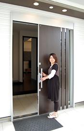 玄関ドアは引戸で、荷物が多い時でも出入りがしやすいですね。
