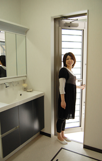 洗面室からサニタリーヤードに出入りすることができますよ。