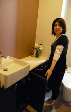 トイレには手洗いカウンターと収納があり、広さも十分!