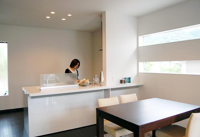 開放的なオープンタイプのキッチン!ダイニングにいるご家族と会話が楽しめます♪