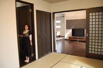 和室は廊下側とリビング側から出入り可能で、玄関からスムーズにお客様を案内できます。